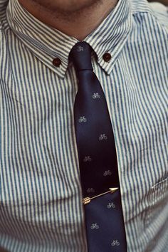 Blue seersucker shirt, navy bicycle skinny tie, arrow tie clip