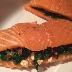stuffed salmon with basil and sundried tomatoes/ Zalm uit de oven Oven Dishes, Tasty Dishes, Feta, Fish Recipes, Healthy Recipes, Sports Food, Good Food, Yummy Food, Food Decoration
