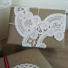 Doily and Craft Paper Wrapping -- creative use of doilies. I like the white on brown kraft. Creative Gift Wrapping, Present Wrapping, Wrapping Ideas, Creative Gifts, Doilies Crafts, Paper Doilies, Paper Lace, Pretty Packaging, Gift Packaging