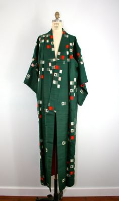 This kimono is very cute and smart. Sort of reminds me of the Eames house?