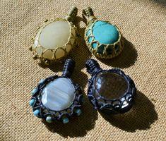 New Macrame stone wrapping Tutorial n 5 by Macramedamare on Etsy Crystal Jewelry, Wire Jewelry, Crystal Necklace, Jewelry Crafts, Jewellery, Macrame Necklace, Diy Necklace, Macrame Jewelry Tutorial, Micro Macramé