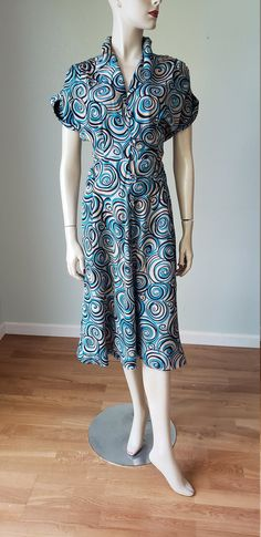 Rayon Novelty Print Dress / Dress / Rayon Dress / Swirl Print / Shirtwaist Style with Shirring / Small Vintage Summer Dresses, 1940s Dresses, Day Dresses, Vintage Outfits, Vintage Fashion, Art Deco Dress, Thing 1, Fabric Covered Button, Sculptural Fashion