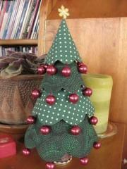 Scallop Cone Christmas Tree  Pull out your favorite greens for this little beauty, and pair it with some scrumptious red beads!
