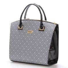 #bestseller Novinka našeho e-shopu. Luxusní model od značky Maggio je odrazem elegance, luxusu a stylovosti. Černo šedá lakovaná kabelka Maggio Florida je opravdovým skvostem, perfektní tvar, jemné doplňky, čistota designu.. Vezměte si ji na společenskou akci, ale i do práce nebo jen tak do města. Uvnitř vám kabelka nabídne menší kapsy bez zipu a se zipem a nedělený prostor s černou podšívkou.