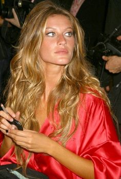 Fierceness backstage at fashion show 2005 Gisele Bündchen, Gisele Hair, Vs Fashion Shows, Fashion Models, Dreads, Vogue Australia, Beautiful, Blonde Hair, Hair Beauty