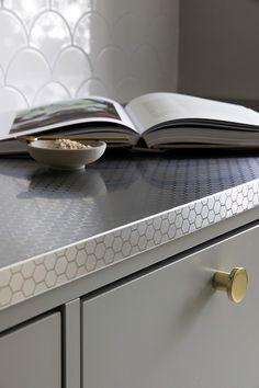 Murrettuja sävyjä, terästä ja messinkiä 50-luvun keittiössä - lue remonttitarina #keittiöremontti #kitchenrenovation #stalatex #50skitchenstyle