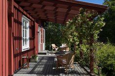 Utås 181 | Fantastic Frank Indoor Outdoor Living, Outdoor Decor, Scandinavian Cottage, Red Cottage, Cottage Exterior, Swedish House, Backyard, Patio, Decks And Porches