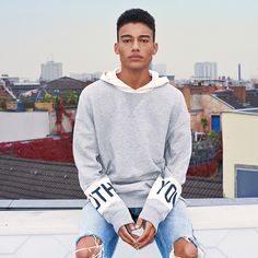 Cool grey urban streetwear created from simple but powerful contrasts on the sleeves. Wear it with some blue ripped jeans for even more contrast | JACK & JONES #ootd #style #urban #street