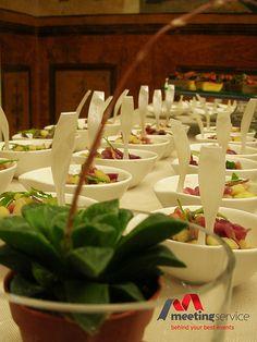 Un tocco di verde sul buffet. Finger food a km zero #fingerfood #kmzero #aperitivo #buffet #regionalfood #event #eventplanner #congress