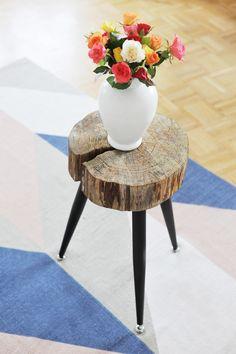 Einen Beistelltisch aus einer Baumscheibe machen: Ich zeig euch das DIY Möbel Stück und die Anleitung, wie ihr ein Tischchen aus Massivholz selbst baut: https://bonnyundkleid.com/2017/03/diy-beistelltisch-aus-holzscheibe-bauen/