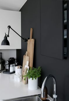 12 Nice Ideas for Your Modern Kitchen Design Of course, when it comes to modern kitchen designs, it takes a lot more than just having a makeover. You need to decide on the concept that you want, whether it is suitable for the space you own, and Kitchen Interior, Interior And Exterior, Kitchen Decor, Kitchen Dining, Decoration Inspiration, Interior Inspiration, Kitchen Inspiration, Decor Ideas, Black Kitchens