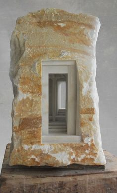 Mermer Ve Taş İçine Oyulmuş Klasik İç Mekan Heykeller - Matthew Simmonds büyük beğeni toplayan bir İngiliz heykeltıraş. Mermer ve taşların içlerini oyarak anıtsal tarihi binaların güzel heykellerini yapmaktadır. Hassas mimari formlar ile oluşturduğu heykelleri ile kullandığı doğal taş ya da mermer parçalarının boyutu arasında büyük bir tezata rağmen etkileyici minyatürler oluşturmuş.