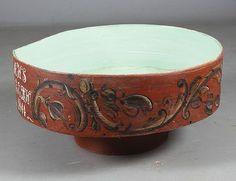 Rosemalt flatbrødtine med rød bunnfarge, Hovland - Eggedal 1844. D: 60 cm. Sekundær grønnmaling innv. Prisantydning: ( 3000 - 4000) Solgt for: 2200