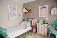 On adore le contraste vert-menthe et rose pour une chambre de petite fille haute en couleur.