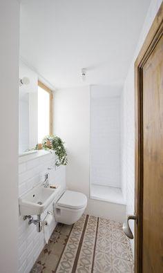 Banheiro com ladrilhos hidráulicos em apartamento catalão.  Fotografia: Eugeni Bach.