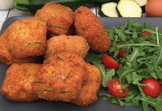 ready in 5 minutes Zucchini Fritters! ready in 5 minutes Zucchini Mozzarella, Zuchinni Fritters, Zucchini Puffer, Jamaican Recipes, Italian Recipes, Food And Drink, Cooking Recipes, Favorite Recipes, Yummy Food