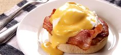 Yum Yum Breakfast :: English muffin topped with bacon, poached eggs and Hollandaise sauce Molho Hollandaise, Hollandaise Sauce, Breakfast Items, Breakfast Recipes, Brunch Recipes, Yummy Eats, Yummy Food, Healthy Food, My Favorite Food