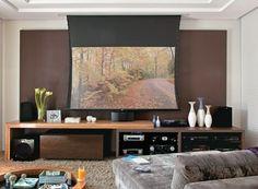 Escolha tapetes mais macios, altos e fofinhos para trazer aconchego e uma boa acústica para a sala de TV. http://www.minhacasaminhacara.com.br/como-escolher-o-tapete/