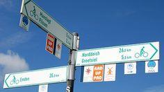 Wegweiser für Radfahrer in Ostfriesland