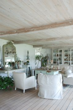 whitewashed ceiling and floor - Romantiska Hem