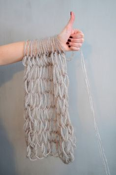 Arm knitting: scarf in 30 minutes. So you CAN arm knit with regular/thin yarn. Finger Knitting, Arm Knitting, Knitting Patterns, Sewing Patterns, Yarn Projects, Knitting Projects, Crochet Projects, Crochet Scarves, Viking Knit