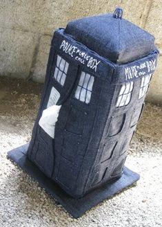 http://craftg33k.blogspot.de/2008/08/tardis-tissue-box-cozy.html