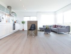 Types of indoor floors and how to choose the best option - Colorful Decoration Berry Alloc, Maple Floors, Interior Styling, Interior Design, Hygge, Types Of Flooring, Champs Elysees, Cozy Place, Colorful Decor