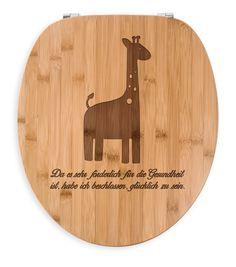 WC Sitz Giraffe aus Bambus  Coffee - Das Original von Mr. & Mrs. Panda.  Ein wunderschöner WC Sitz aus naturbelassenem Bambus Coffee mit unsere speziellen und liebvollen Mr. & Mrs. Panda Gravur    Über unser Motiv Giraffe  Rekord: Giraffen sind die höchsten landlebenden Tiere der Welt. Männchen können bis zu 6 Meter hoch werden. Giraffen leben in Freiheit in der afrikanischen Savanne, in Gefangenschaft kann man sie im Zoo besuchen. Wer weder nach Afrika reisen noch einen Zoo unterstützen…