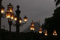 © Foto de Fernando Rabelo. Luminárias da Rua do Russel, no bairro da Glória. Rio de Janeiro, 2010.