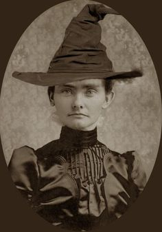 Altered photo to make witches of old from Halloween Forum for Cabinet of Curiosities Retro Halloween, Halloween Fotos, Holidays Halloween, Halloween Crafts, Halloween Witches, Halloween Costumes, Vintage Witch Photos, Vintage Halloween Photos, Halloween Pictures