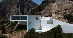 La Casa del acantilado, comme son nom l'indique, est accrochée à la falaise et surplombe majestueusement la mer Méditerranée. Située proche d'Alicante en Espagne, cette maison familiale est une réalisation du studio d'architecture Fran Silvestre Arquitectos. La maison est de plein pied, seuls la piscine et le garage se trouvent au niveau inférieur. Les architectes ont fait épouser au mieux la construction à la falaise et à sa roche. L'enduit à la chaux d'un blanc immaculé est à couper le..