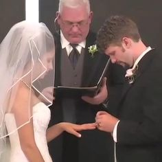 Funny Video Clips, Funny Video Memes, Stupid Funny Memes, Funny Laugh, Funny Wedding Videos, Some Funny Videos, Wedding Humor, Cute Gif, Funny Cute