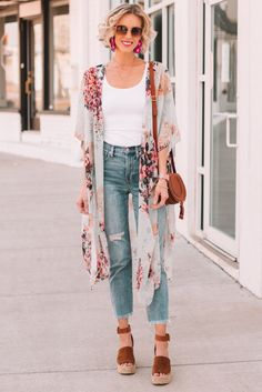 Ever wondered what shoes to wear with cropped jeans? I have you covered in this long post with all the options plus easy dos and don'ts with example photos. Kimono And Jeans, Cropped Jeans Outfit, Flare Jeans Outfit, High Waisted Cropped Jeans, Jeans Outfit For Work, Kick Flare Jeans, Jeans Outfit Summer, Summer Outfits, Crop Jeans