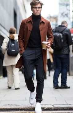 Street Style London Collections: Men black turtleneck + chocolate trench for the perfect British fall street style look, menswear London fashion Men Street, Street Wear, Stylish Men, Men Casual, Mens Casual Coats, Oliver Cheshire, Estilo Hipster, Mode Man, Street Looks