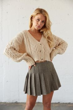 Pleated Skirt Outfit Short, Pleated Tennis Skirt, Plaid Pleated Skirt, Fall Skirt Outfits, Teen Mini Skirt, Fall Fashion Skirts, Fall Skirts, Sweater Skirt Outfit, Cardigan Outfits