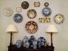 Plates #wall #interiors #beautiful #plates #tuscany #inspiration #luxury #design #lamps