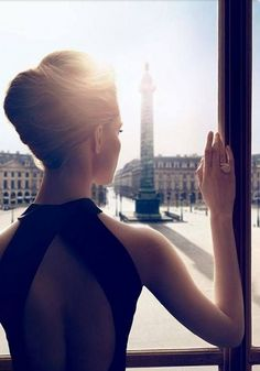 Boucheron presents a new women's fragrance named after Place Vendôme, the address in Paris (Place Vendôme where Frederic Boucheron opened his first . Foto Glamour, Boucheron Perfume, Hair And Beauty, Foto Portrait, Mode Blog, Mode Vintage, Vintage Hair, Mode Inspiration, Mode Style