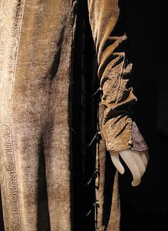 Mariano Fortuny detail of stenciled velvet coat. http://www.metmuseum.org