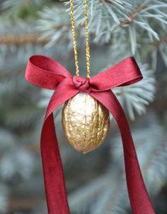 Ozdoby na choinkę z orzechów #christmas #nut Ester Decoration, Walnut Shell Crafts, New Year Diy, Mouse Crafts, Christmas Cookies, Christmas Ornaments, Christmas Decorations, Holiday Decor, Gold Christmas