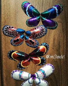 would love to try these mussel shell butterflies!No instructions, just paint some mussel shells and pair up for butterflies.Grandee would like thisNo link but pretty inspiration!sharpies on seashells Sea Crafts, Rock Crafts, Nature Crafts, Crafts To Make, Arts And Crafts, Seashell Painting, Seashell Art, Seashell Crafts, Stone Painting