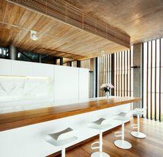 contraste do branco com o mel da madeira no tampo e piso