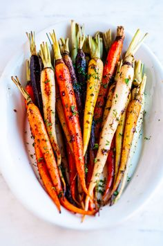 Honey garlic roasted carrots An easy simple delicious 30 minute side dish recipe to add to your dinner and Thanksgiving table From Honey Roasted Carrots, Baked Carrots, Maple Glazed Carrots, Aberdeen, Vegetable Side Dishes, Vegetable Recipes, 21 Day Fix, Keto, Christmas Eve Dinner