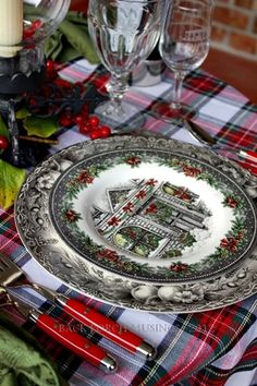 34 Gorgeous Christmas Tablescapes And Centerpiece Ideas Tartan Christmas, Christmas China, Christmas Dishes, Christmas Kitchen, Country Christmas, Christmas Home, Vintage Christmas, Christmas Holidays, English Christmas