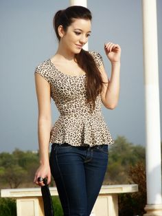 I would love a tasteful leopard print top. I saw a gossamer long sleeve blouse on someone recently that was leopard print and I LOVED it. Cute Outfits With Jeans, Casual Outfits, Modelos Fashion, Work Dresses For Women, Western Dresses, Elegant Outfit, Fashion Prints, Diy Clothes, Blouse Designs