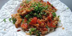 Møre stykker kylling og friske grøntsager i en let krydret og cremet sauce - det er lækkert thaimad.