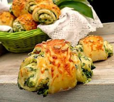 Megint egy medvehagymás recept. Ma a piacon rengeteg medvehagymát árultak, hoztam is haza egy pár köteggel. Délutánr... Eastern European Recipes, Salty Snacks, Broccoli And Cheese, Baked Potato, Bakery, Food And Drink, Appetizers, Healthy Eating, Cooking Recipes