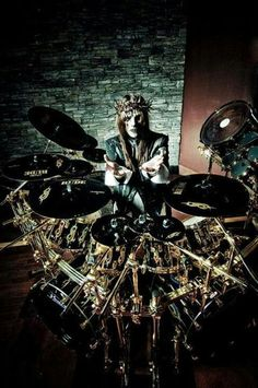 Joey Jordison... crazy little drummer