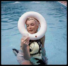 1955 / (Part II) Weston, Connecticut, Marilyn dans la piscine de Milton GREENE.
