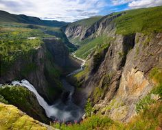 De Voringfosse waterval, een van de hoogste watervallen in Europa. Het water maakt een loodrechte, vrije val van 145 meter op een totale hoogte van 182 meter. Een indrukwekkende ervaring! #Noorwegen #Voringfossen #rondreis