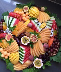 Delicious ideas for serving fruit in trays o - Food Carving Ideas Fruit And Veg, Fresh Fruit, Kids Fruit, Veggie Display, Veggie Tray, Fruit Presentation, Fruits Decoration, Deco Fruit, Fruit Buffet